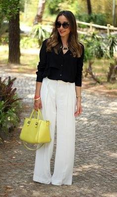 svart skjorta med knapp och vita byxor och citrongul läderhandväska