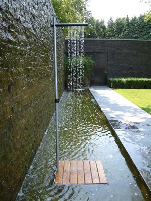 Cascase utomhusdusch i minimalistisk stil, elegant bakgård Desig