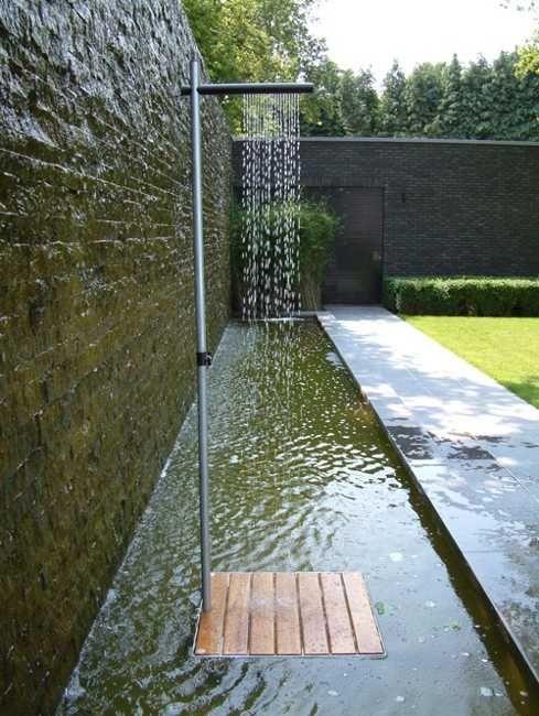 Cascase utomhusdusch i minimalistisk stil, elegant bakgård.