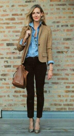 brun blazer med blå chambray-skjorta med knappar och svarta, beskurna jeans