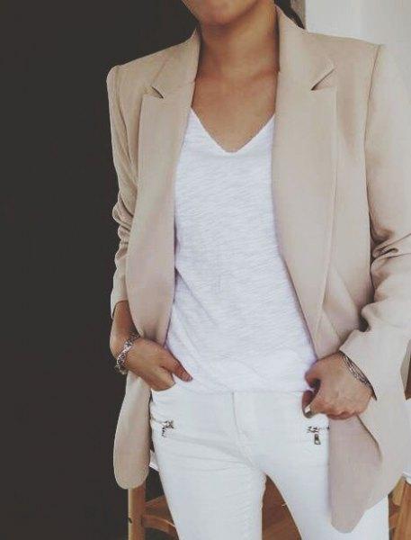 Ljusgrå khaki-kavaj med vit V-ringad linne och smala jeans
