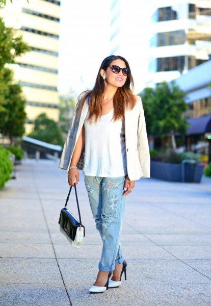 vit linne med kavaj och trasiga pojkvän jeans