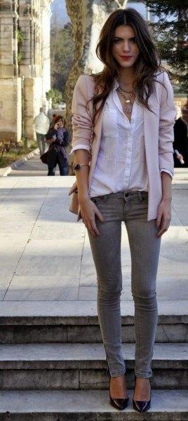 vit skjorta med knappar grå skinny jeans