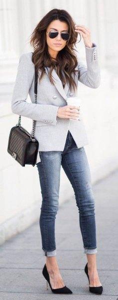 grå jeans med kavajer, svarta klackar