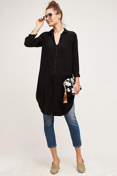 svart tunikablus med V-ringning och korta skinny jeans