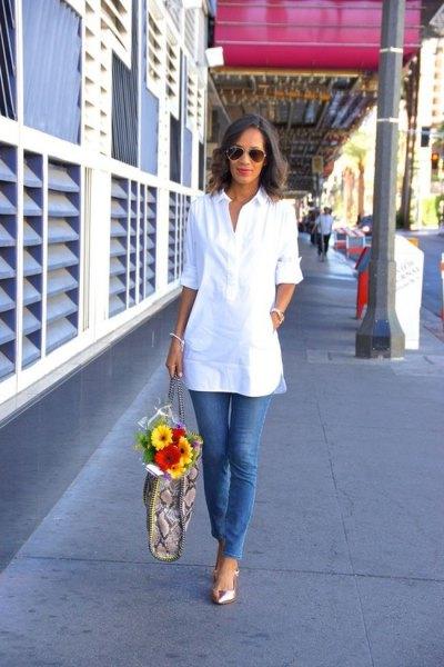 vit tunikablus med halva ärmar och blå skinny jeans