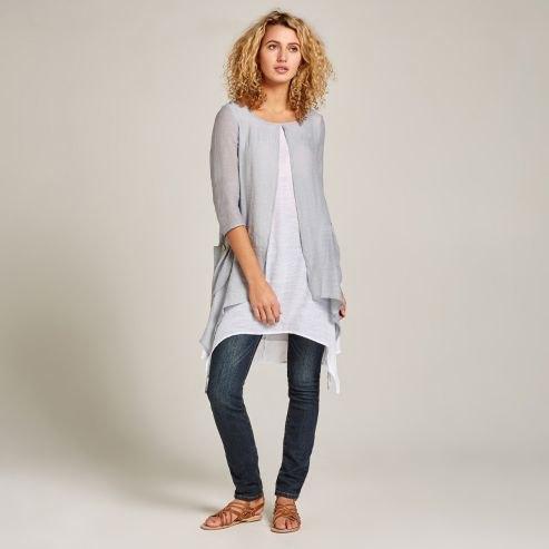 grå kofta med lång vit topp och mörka jeans