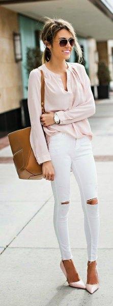 Blush blus med V-ringning med vita jeans och klackar