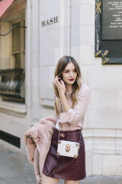 rodnad rosa blus med svart läder mini kjol