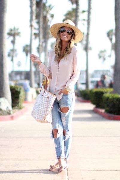Stråhatt med rosa överdimensionerad skjorta och pojkvänjeans
