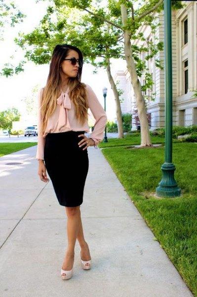 Chiffongblus med rosa rosett och svart penna kjol
