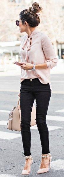 Blush chiffongblusen med rosett och svarta skinny jeans och vita klackar