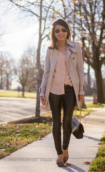 Rouge-skjorta med rosa trenchcoat och läderjackor