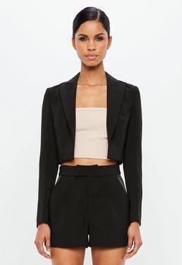 vit crop top och svarta, flytande mini-shorts