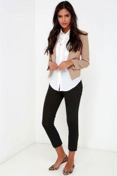 rodnande rosa beskuren blazer med vit skjorta och svarta jeans