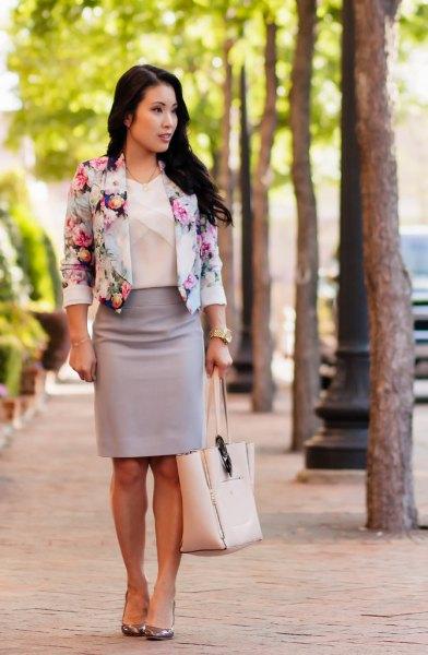 Kort blazer med blommönster och rosa pennkjol