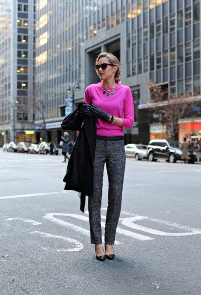 Neonrosa tröja och grå tweedbyxor