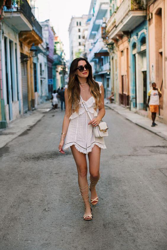 vit utklädd klänning vid havet