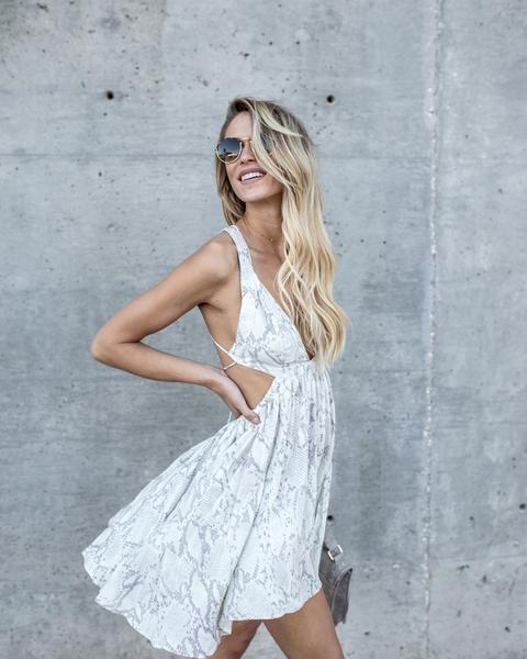 vit klippt ut klänning ormskinn