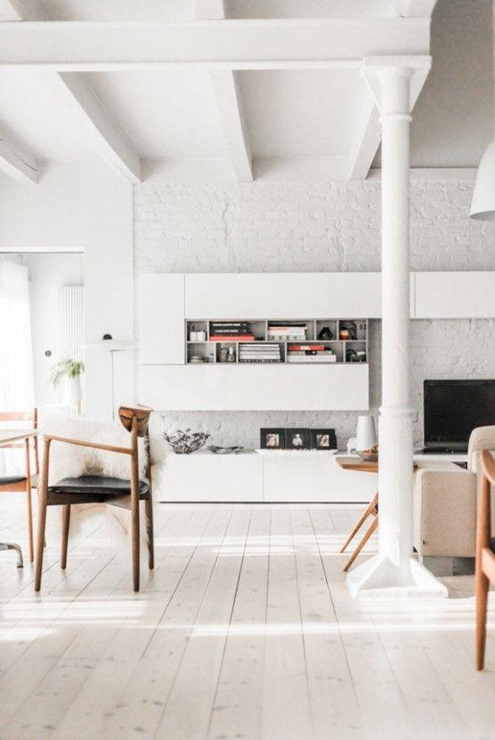 Helt vitt modernt hem från mitten av århundradet med en skandinavisk känsla    Interiör .