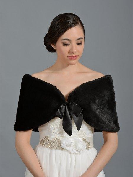 vit brudklänning svart fuskpäls halsduk