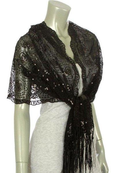 svart spetsduk över en ljusgrå, figurkramande miniklänning