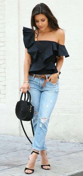 svart axelbandslös blus med volang axel och ljusblå slim fit jeans