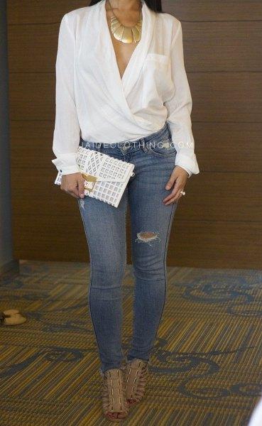 elegant vit wrap-blus med blå rippade skinny jeans