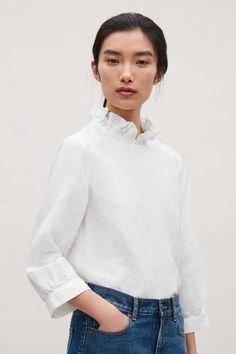 vit mock-neck blus med blå skinny jeans