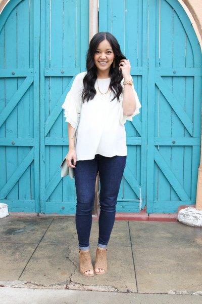 vit blus med halva ärmar, mörka jeans och öppna tå stövlar