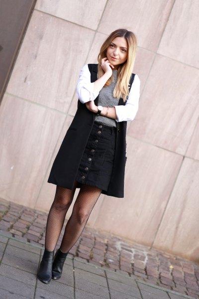 vit skjorta, svart långväst och knappkjol
