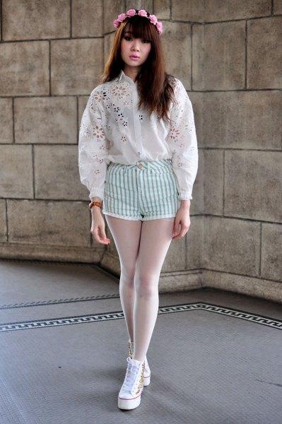 vit broderad skjorta med randiga vita shorts