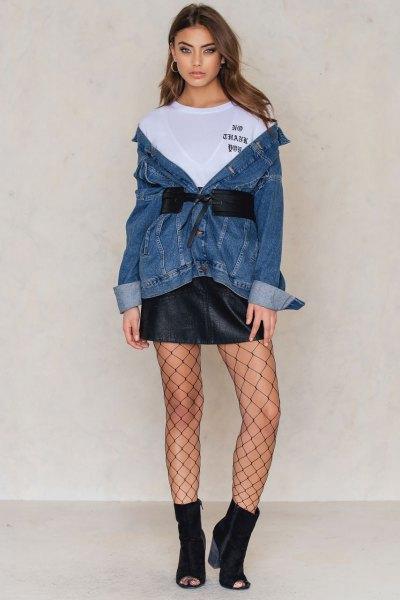 Bär den med en jeansjacka med midjeband och en läderkjol