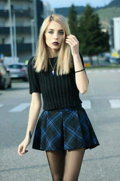 svart stickad tröja med rutig mini-flingkjol