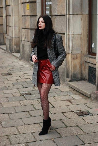 Rutig oversize kostymjacka och röd läder kjol