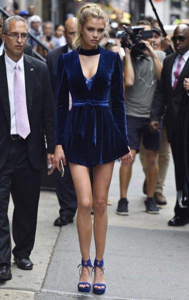 Mörkblå miniklänning med sammetringning och blå sandaler
