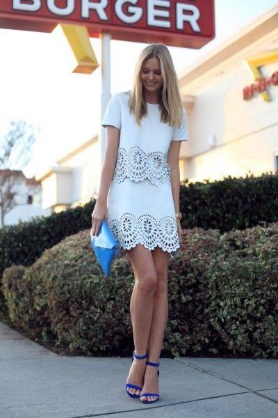 vit spets miniklänning med kantad kant och blå sandaler