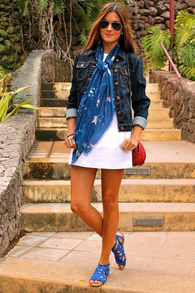 mörk jeansjacka med vit miniklänning med kungsblå sandaler