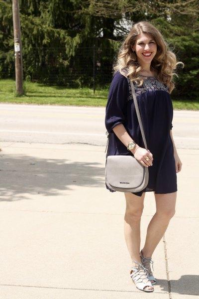 svart stamtryckt miniklänning med halva ärmar och ljusblå sandaler