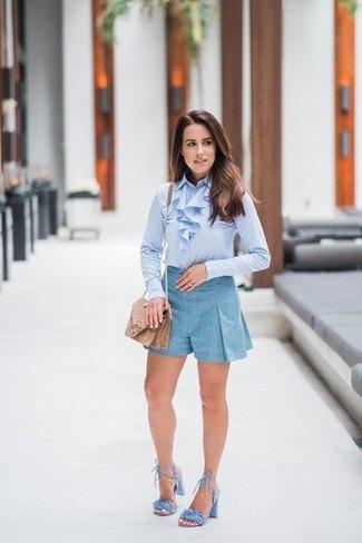 Ljusblå, slim fit skjorta med volang krage och miniklänningshorts