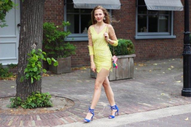 Citrongul långärmad miniklänning med blå klackade sandaler