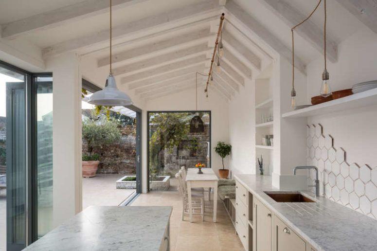 Luftigt vitt kök med olika texturhandlag    Weisse küche.