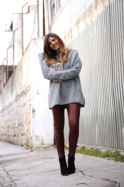 grå, ribbad, tjock tröja med burgundy läderjackor