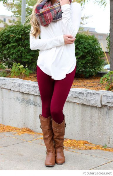 vit blus med rutig cashmerehalsduk och mörkröda leggings
