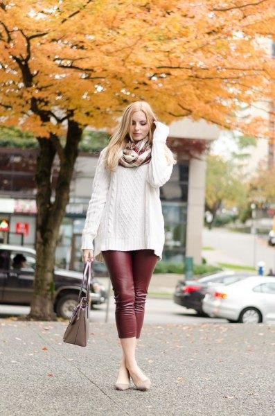 vit, grovstickad tröja med halsduk och vinröd leggings