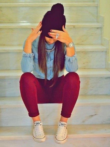Ljusblå chambrayskjorta med knappar och vinröd supermager jeans