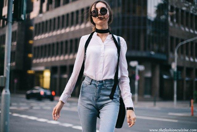 vit slim fit skjorta med ljusblå skinny jeans och svart smal halsduk