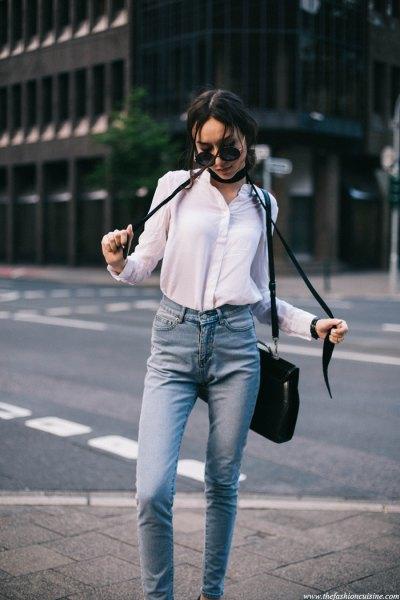 vit skjorta med knappar, svart, smal halsduk och ljusblå jeans