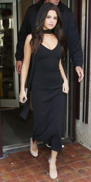 svart maxiklänning med djup V-ringning och nakna sandaler