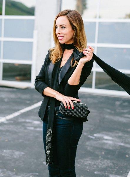 svart kavaj med belagda jeans och en smal halsduk